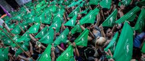 Mujeres con pañuelos verdes en Argentina. Foto: Emergentes.