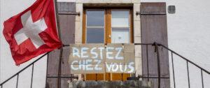 "En Suiza, cartel que dice ""Quedate en casa"". Foto: EFE / EPA / SALVATORE DI NOLFI"
