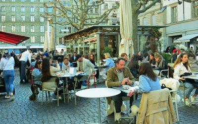 Al reabrir salas cubiertas de bares y restaurantes Suiza abandona el semi-confinamiento